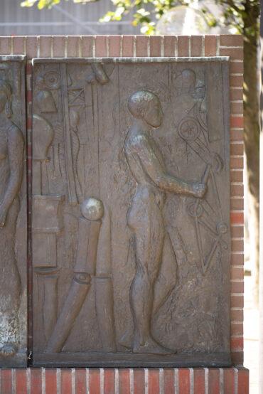 Edgar Augustin: Bronzerelief (Foto: KUNST@SH/Jan Petersen, 2021)