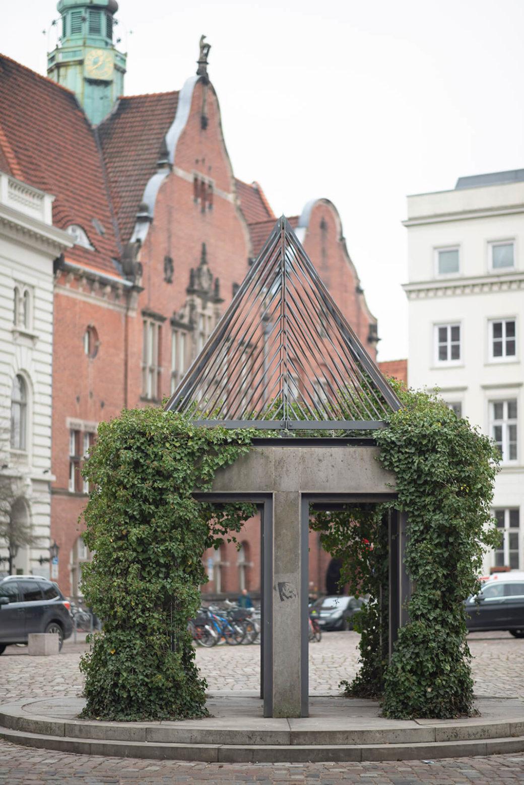 Architekten Meyer Fleckenstein: Brunnen Sod und Gerichtslaube Burrecht (Foto: KUNST@SH/Jan Petersen, 2019)