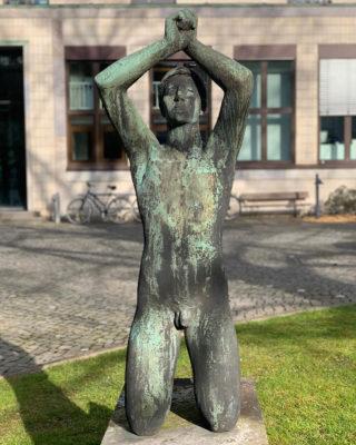 Hermann Blumenthal: Großer Kniender (Foto: KUNST@SH/Jan Petersen, 2020)