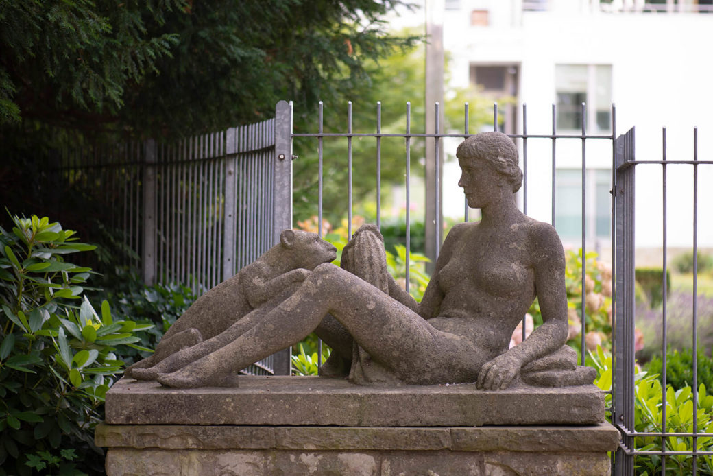 Kurt Edzard: Frau mit Löwin (Foto: KUNST@SH/Jan Petersen, 2019)