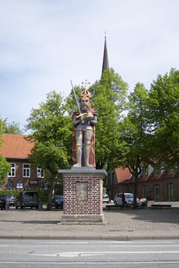 Rolandfigur in Wedel (Foto: KUNST@SH/Jan Petersen, 2021)