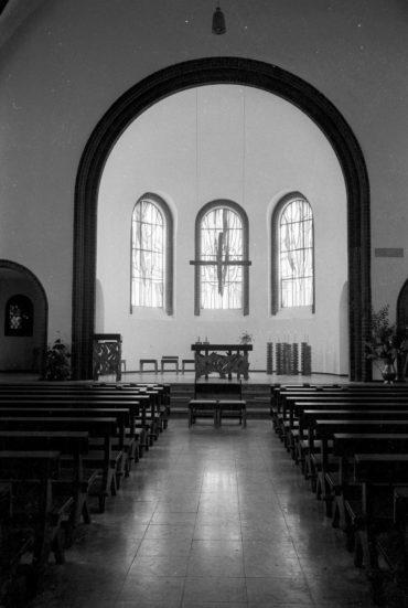 St. Heinrich-Kirche: Kirchenschiff und neuer Altarraum vor der Weihe. Foto: 24.09.1971, Friedrich Magnussen (1914-1987), Stadtarchiv Kiel