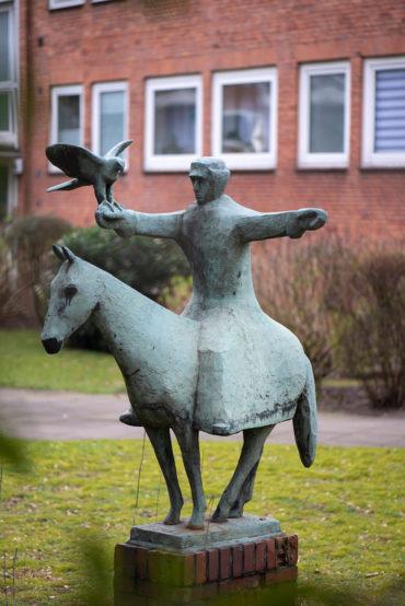 Martin Irwahn: Falkner zu Pferde (Foto: KUNST@SH/Jan Petersen, 2020)