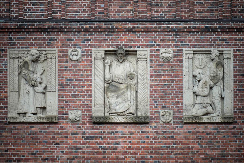 Wilhelm Rex: 3 große Reliefs (Foto: KUNST@SH/Jan Petersen, 2020)