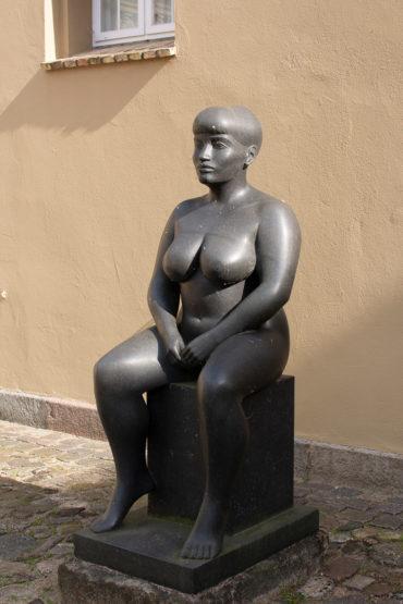 Klaus Kütemeier: Sitzende weibliche Figur, (Foto: KUNST@SH/Jan Petersen, 2018)
