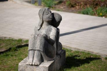 Ursula Hensel-Krüger: Sitzende Kinder (Foto: KUNST@SH/Jan Petersen, 2020)