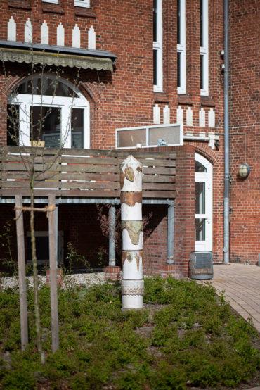 Uwe Bangert: Stele mit Ziegelreliefs (Foto: KUNST@SH/Jan Petersen, 2020)