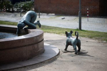 Christiane Guth: Frau mit Hund (Foto: KUNST@SH/Jan Petersen, 2020)