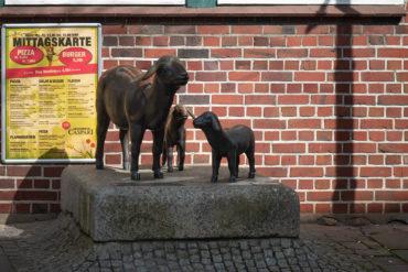 Hans Werner Könecke: Muttertier mit Lämmern (Foto: KUNST@SH/Jan Petersen, 2020)