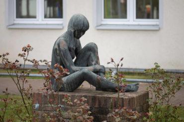 Gerhard Eisenblätter: Sitzendes Schulmädchen (Foto: KUNST@SH/Jan Petersen, 2020)