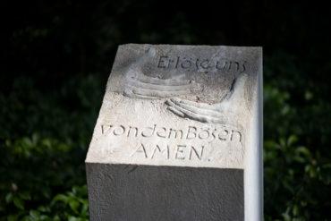 Ulrich Lindow: Gebet auf sieben Steinstelen (Foto: KUNST@SH/Jan Petersen, 2020)