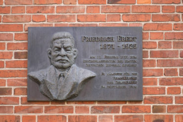 Josef Andrey Wieczorek: Gedenktafel für Friedrich Ebert (Foto: KUNST@SH/Jan Petersen, 2020)