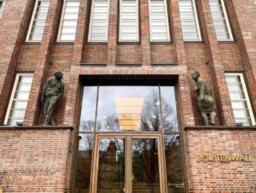 Karl-Henning Seemann: Fassadenfiguren (Foto: KUNST@SH/Jan Petersen, 2020)