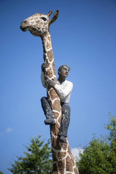 Stephan Balkenhol: Giraffe mit Mann (Foto: KUNST@SH/Jan Petersen, 2021)