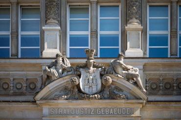 Giebelschmuck am Landgericht (Foto: KUNST@SH/Jan Petersen, 2020)