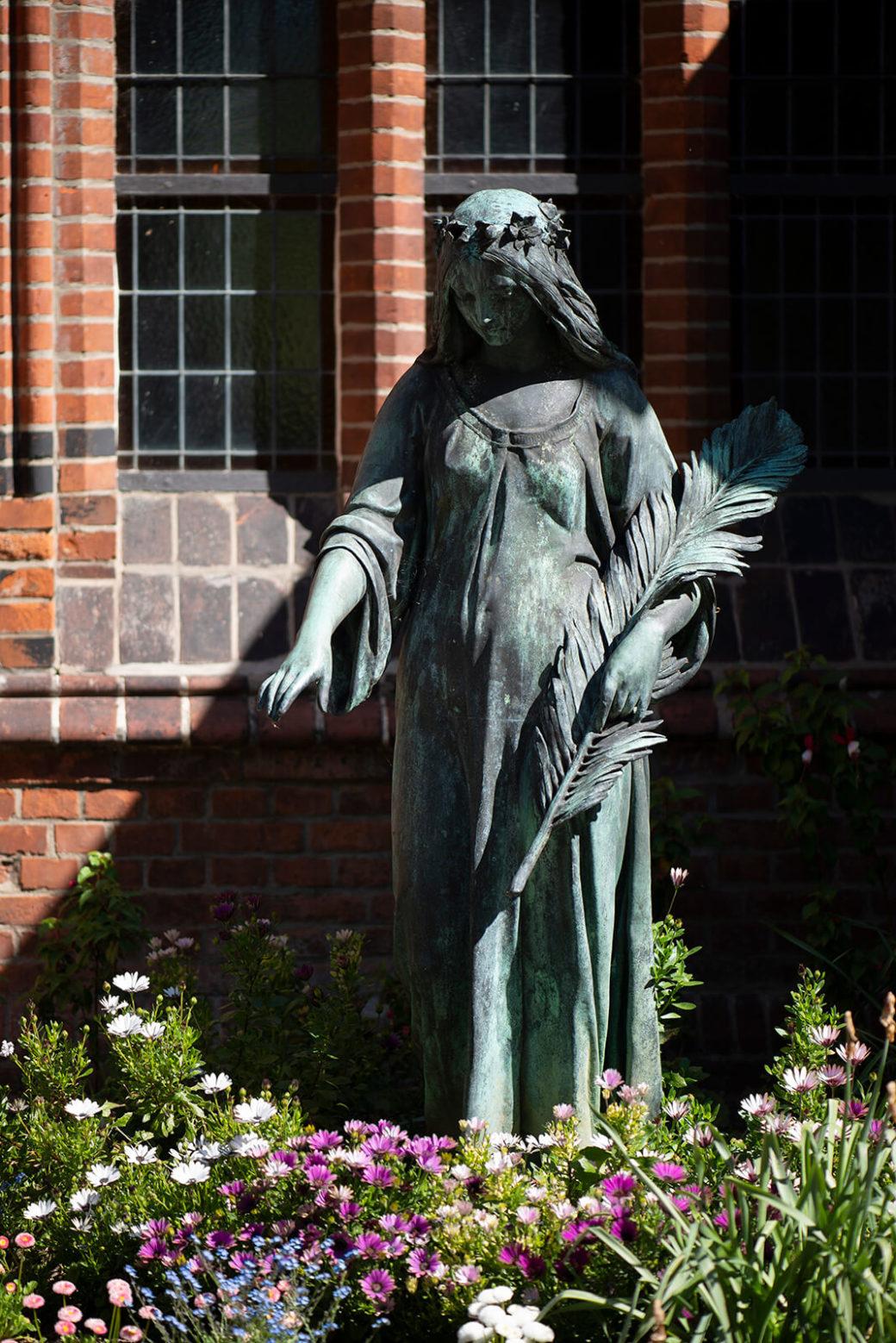 Weiblicher Engel mit Palmwedel (Foto: KUNST@SH/Jan Petersen, 2020)