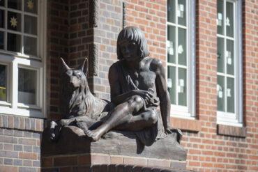 Arthur Berger und Hans Silber: Junge mit Schäferhund (Foto: KUNST@SH/Jan Petersen, 2021)