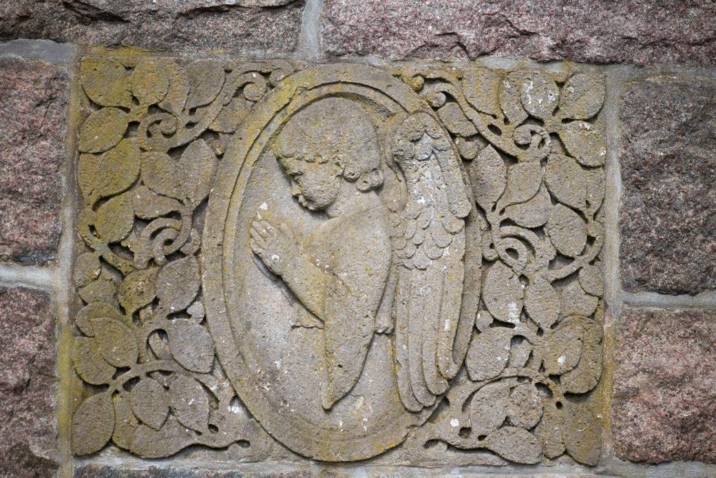 Reliefs am Vorwerker Friedhof (Foto: KUNST@SH/Jan Petersen, 2020)