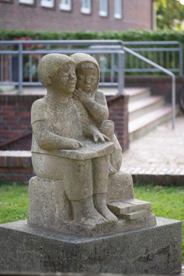 Ursula Hensel-Krüger: Lesende Kinder (Foto: KUNST@SH/Jan Petersen, 2020)