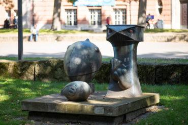 Klaus Kütemeier: Dreiergruppe mit zeichenähnlichen Figuren (Foto: KUNST@SH/Jan Petersen, 2020)