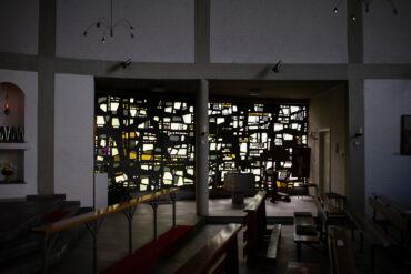 Johannes Beeck: Fensterband und Tauffenster (Foto: KUNST@SH/Jan Petersen, 2020)