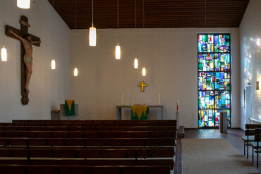 Dagmar Schulze-Roß: Bleiglasfenster Kreuzkirche Schülp (Foto: KUNST@SH/Jan Petersen, 2020)