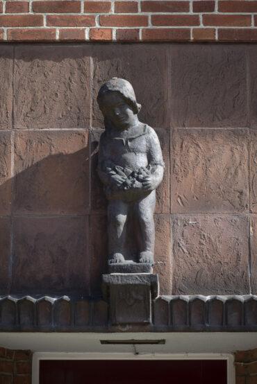 Richard Emil Kuöhl: Kind mit Blumenkranz (Foto: KUNST@SH/Jan Petersen, 2021)