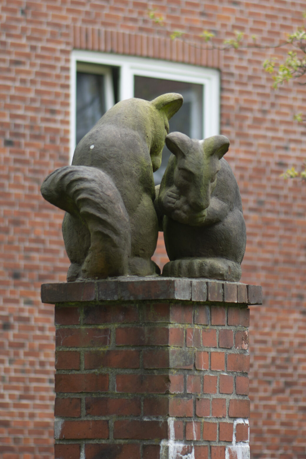 Richard Emil Kuöhl: Zwei Eichhörnchen (Foto: KUNST@SH/Jan Petersen, 2021)