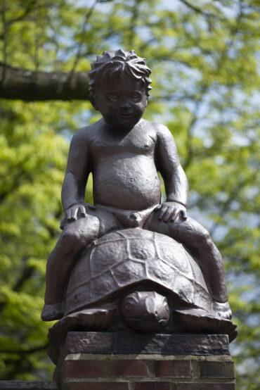 Karl Weinberger: Knabe auf der Schildkröte (Foto: KUNST@SH/Jan Petersen, 2021)