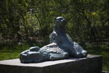 Hans Martin Ruwoldt: Liegender Panther (Foto: KUNST@SH/Jan Petersen, 2021)