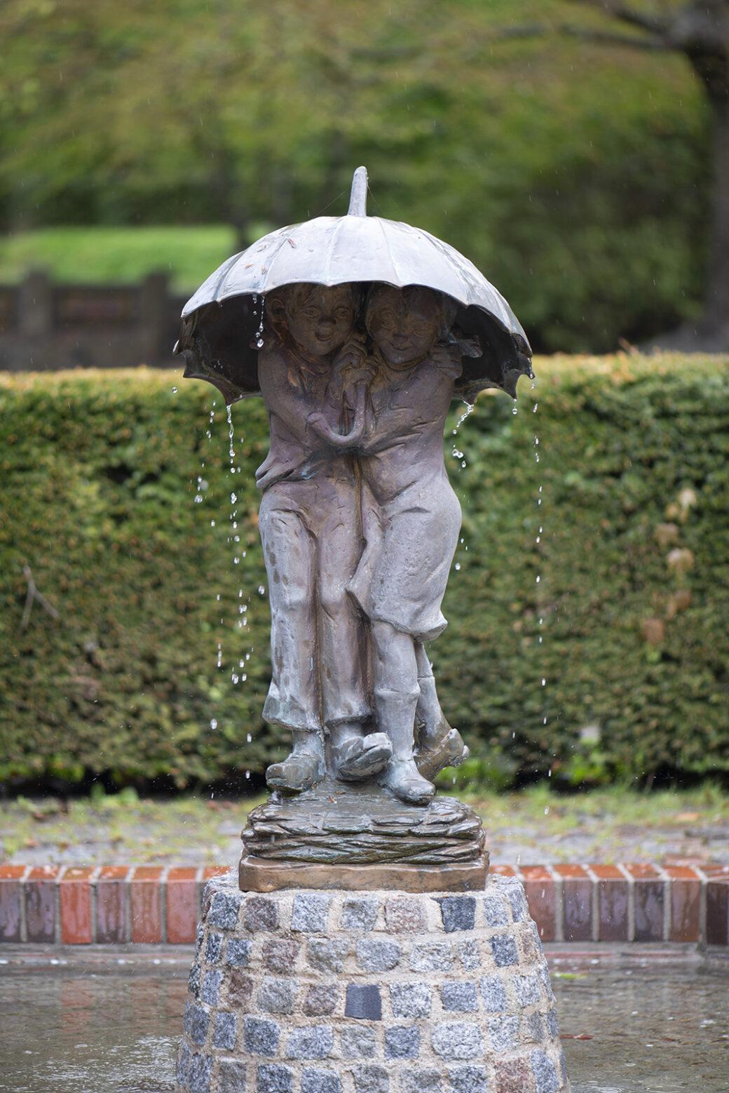 Kinder im Regen (Foto: KUNST@SH/Jan Petersen, 2021)