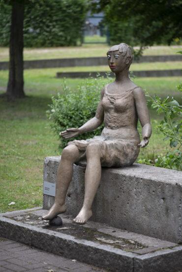Maria Pirwitz: Sitzendes Mädchen (Foto: KUNST@SH/Jan Petersen, 2021)