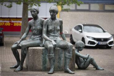 Doris Waschk-Balz: Sitzende Kinder (Foto: KUNST@SH/Jan Petersen, 2021)