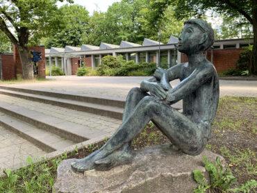 Maria Pirwitz: Sitzender Knabe (Foto: KUNST@SH/Jan Petersen, 2021)