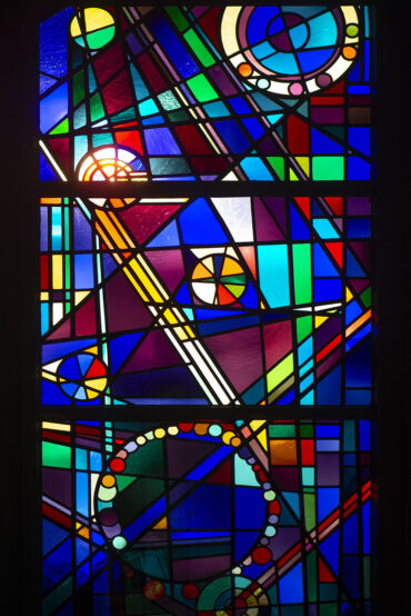 Karl Peter Röhl: Fenster der Friedhofkapelle (Foto: KUNST@SH/Jan Petersen, 2021)