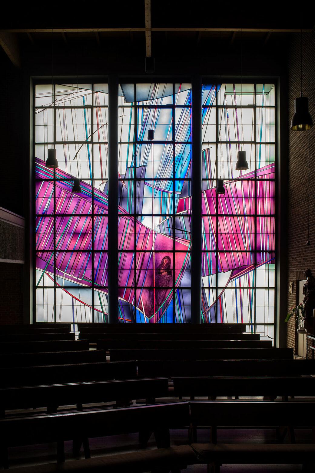 Raphael Seitz: Fensterwand in St. Barbara (Foto: KUNST@SH/Jan Petersen, 2021)