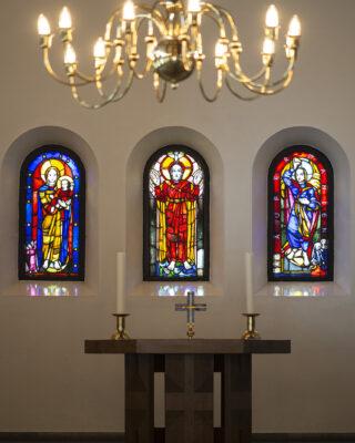 Sigrid Schlytter: Drei Altarfenster der Lutherkirche (Foto: KUNST@SH/Jan Petersen, 2021)
