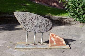 Skulptur an der Eckener-Schule Flensburg, (Foto: KUNST@SH/Jan Petersen)