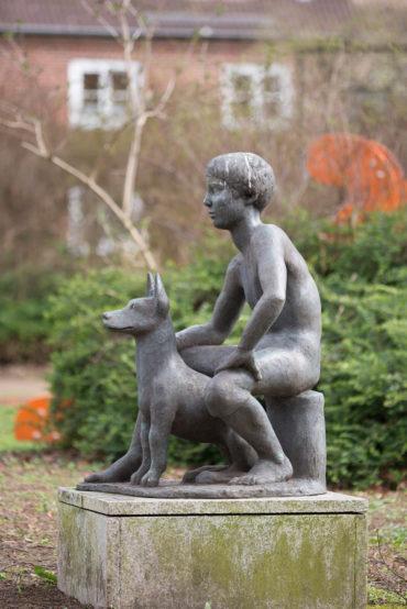 Karin Hertz: Junge mit Hund, (Foto: KUNST@SH/Jan Petersen)