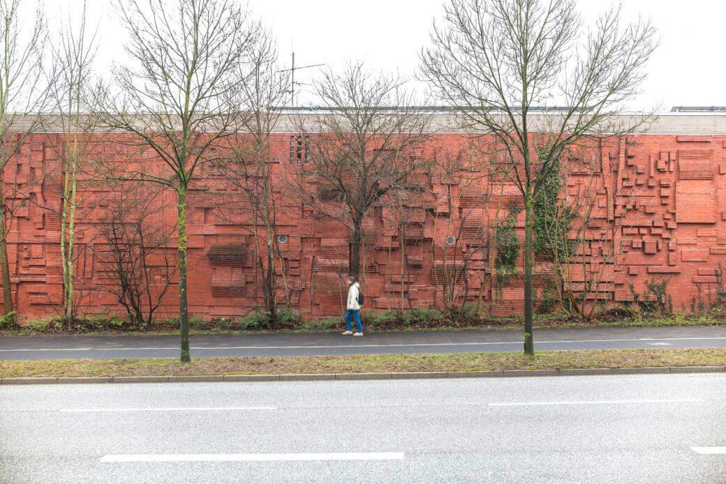 Karlheinz Meyer: Ziegelrelief an der Turnhalle Kiel-Wellingdorf, (Foto: KUNST@SH/Jan Petersen)