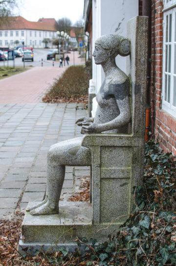 Klaus Kütemeier: Sitzende weibliche Figur, (Foto: KUNST@SH/Jan Petersen)